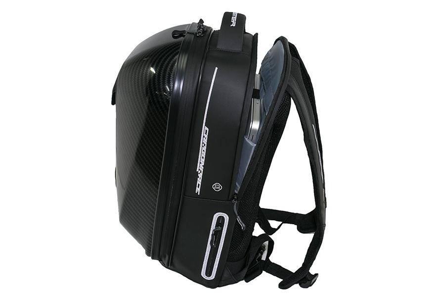収納ポケットは多数配備しています。また、ファスナーは防水性を高めた使用となっています。