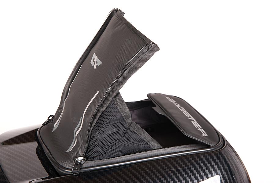 出し入れの多い財布やスマートフォンなど、身の回りの小物などを収納できる小型ポケット。