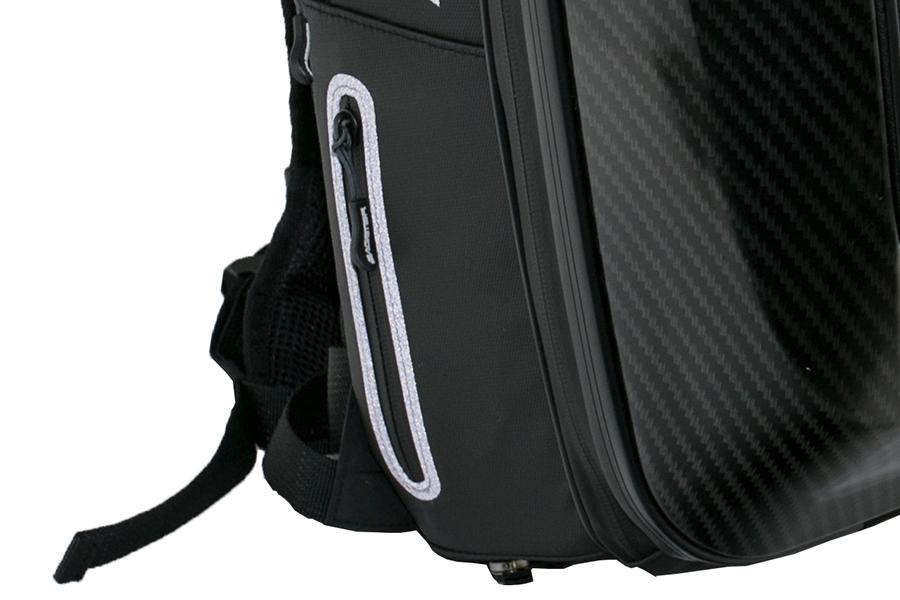 リュックサックの両側には、小型の収納ポケット付き。