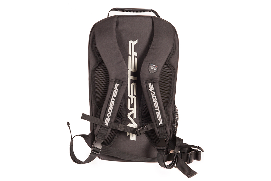 ウエストベルトと位置を調整できるチェストベルトを配備。ショルダーベルトや背中などライダーとの設置する面はメッシュ素材となっています。