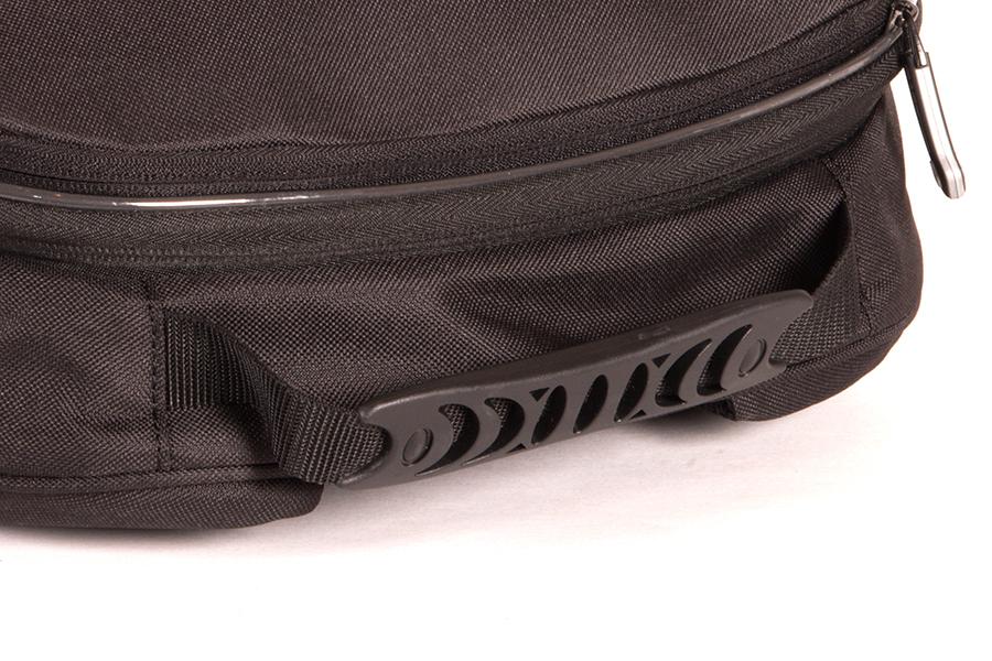 グローブを付けたままでも、フィットしやすいキャリーハンドル付き。