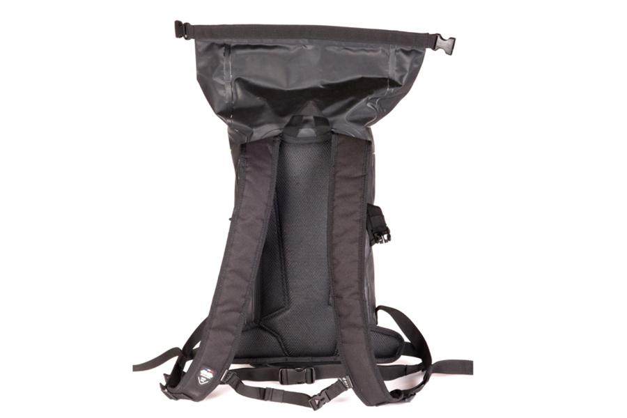 ウエストベルトと位置を調整できるチェストベルトを配備。ショルダーベルトや背中などライダーと接する面はメッシュ素材となっています。