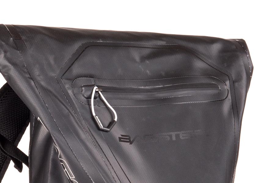 背面の収納ポケットは、止水ファスナーを採用しています。