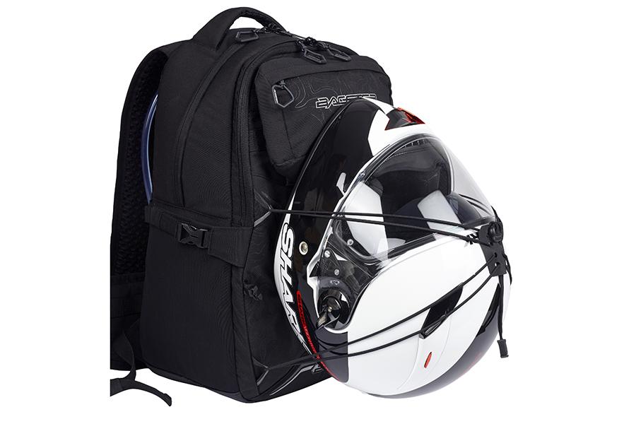 降車後にヘルメットを収納できるロープタイプのヘルメットホルダーがあります。
