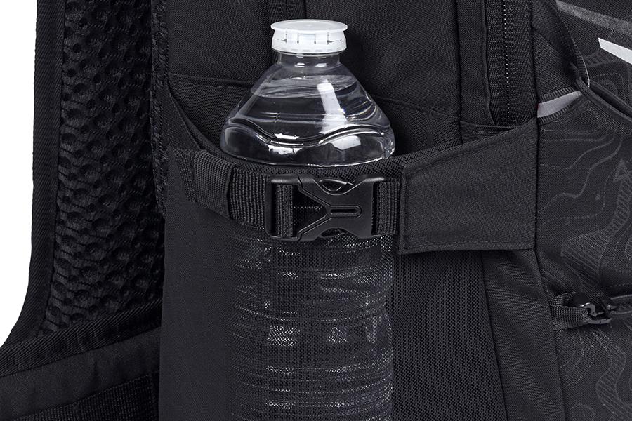 リュックサックの片側には、小型の収納ポケット付き。