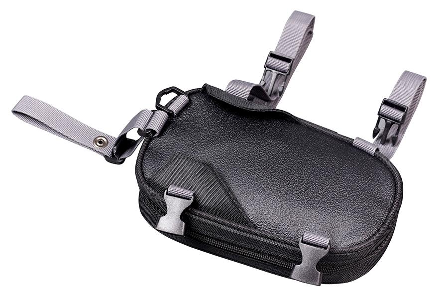 バッグの底面(裏面)は、ライディングウエアを傷つけにくく滑りにくい素材を使用しています。