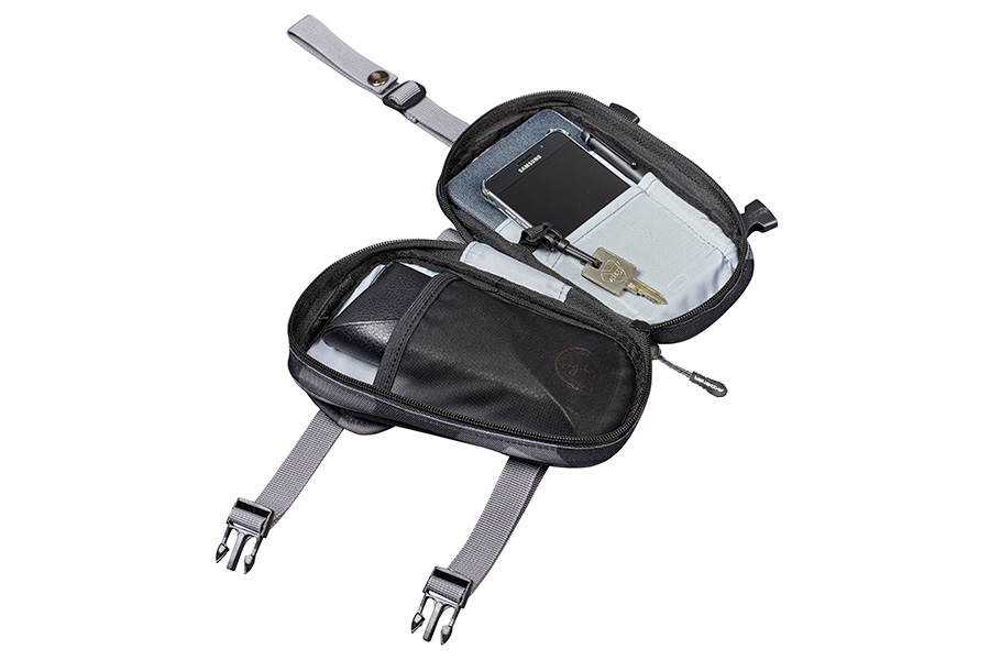 スマートフォンやメガネケース、メモ帳など、小物の収納に最適な収納スペースと鍵などをかけられるフック付き。