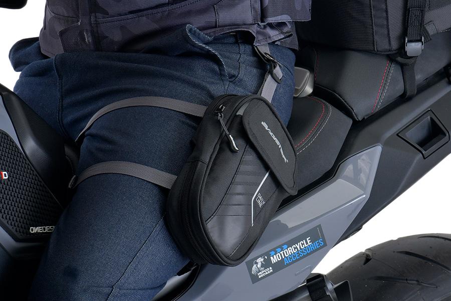 バッグの側面には、付属のレインカバーを収納できる小型の収納ポケットがあります。