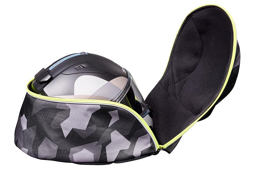 帽体の大きな形状のヘルメットが収納でき、出し入れが容易な大きく開くフラップと、内装の裏地はベロア調の柔らかい素材で収納したヘルメットを優しく保護します。