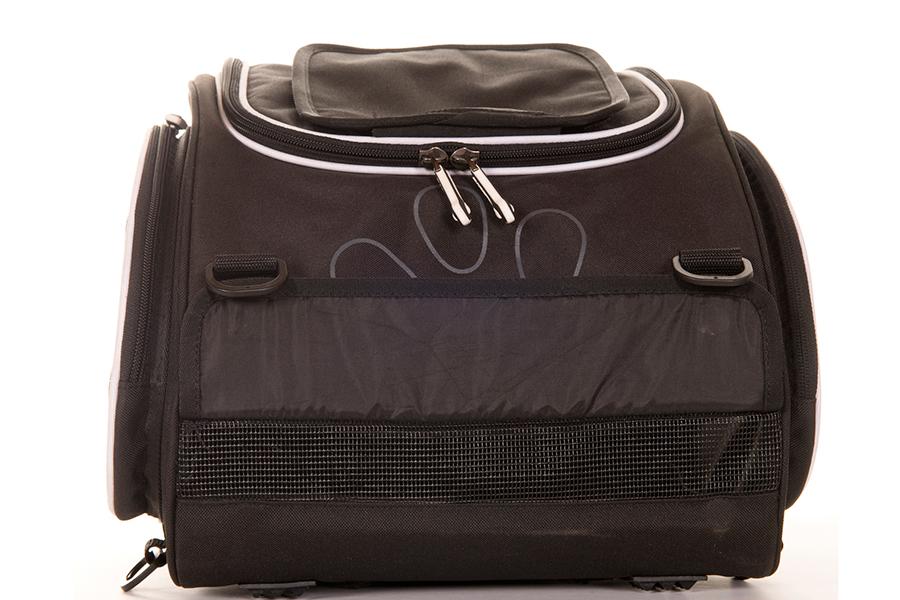 バッグの前方(オートバイの進行方向側)にも、開閉可能な通気用のダクトがあります。