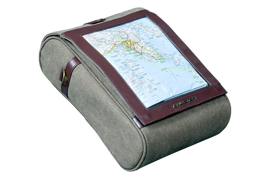 地図やスマートフォン、タブレットなど収納可能なホルダー付き。
