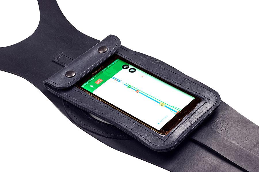 5.7インチまでのスマートフォンなどを収納でき、ナビゲーションとしても利用可能。