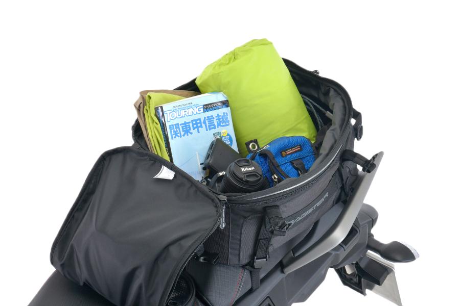 拡張機能付きで容量を20Lから27Lへ増やす事ができます。防水インナーバッグも標準で付属されています。