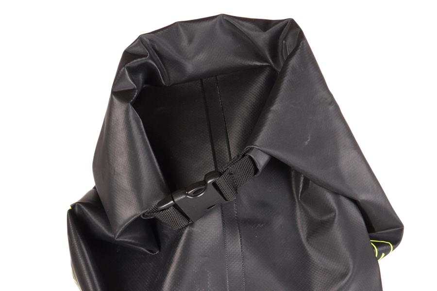 メインの収納ポケットは、浸水抑えるロールトップ仕様。