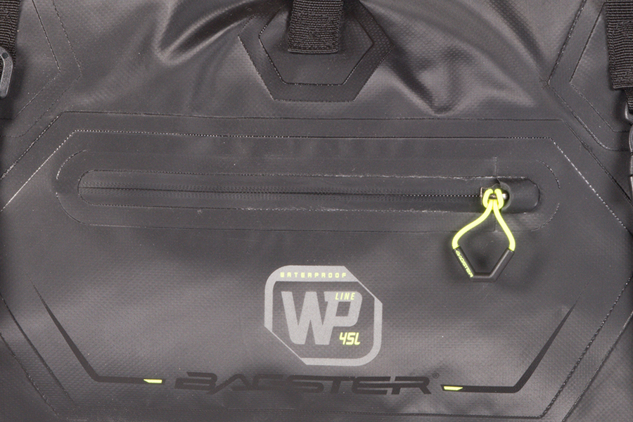 小型の収納ポケットは、止水ファスナーを採用しています。
