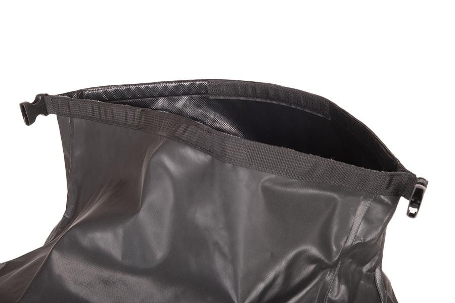 メインの収納ポケットは、浸水抑えるロールトップ仕様。開口部が大きい為、パッキングがしやすいようにベルクロ加工が施されています。