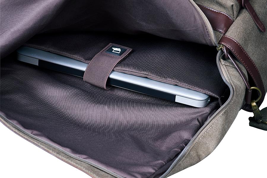 メインの収納ポケットの開口部はファスナー仕様。内部には仕切りがついているため、荷物の整理もしやすいです。