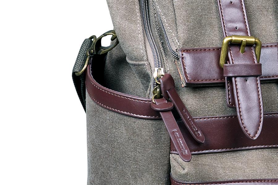 バッグの両側には、小型の収納ポケット付き。
