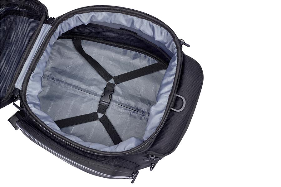 バッグの内装には荷崩れ防止のベルト付き。