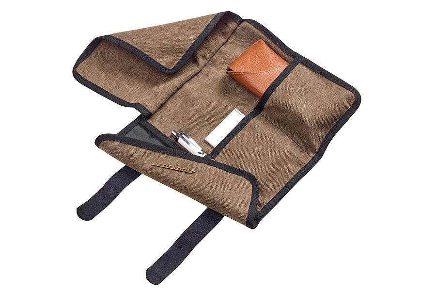 メガネケースやメモ帳、ペンなど、小物の収納に最適な収納スペースがあります。