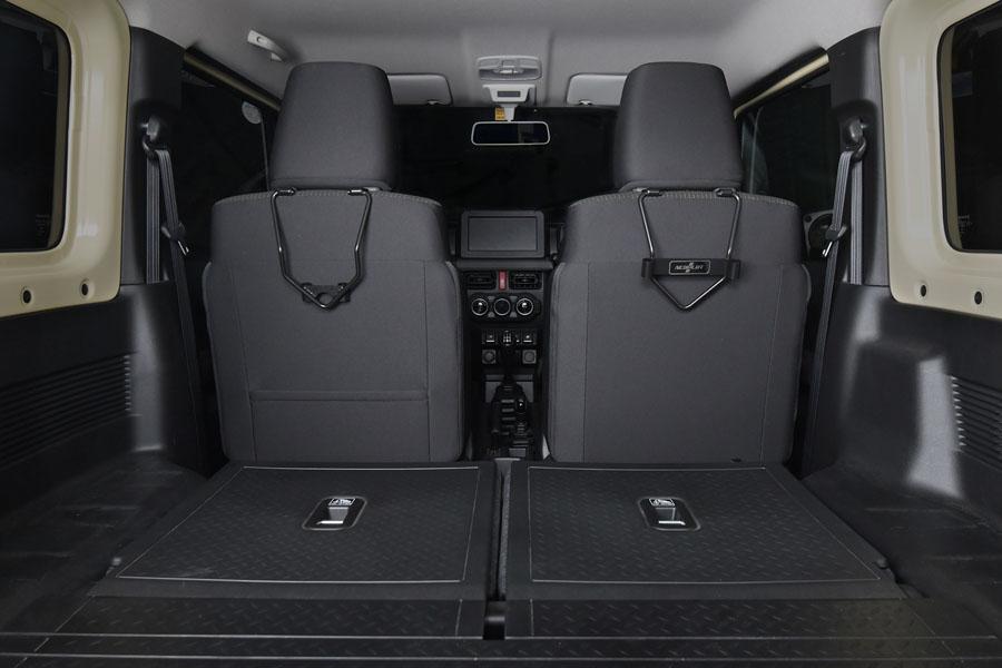 ヘッドレストホルダー助手席側用と運転席側用を、それぞれ装着した状態。