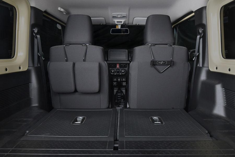 ヘッドレストホルダー助手席側用に後部座席のヘッドレスト2個を収めた状態。