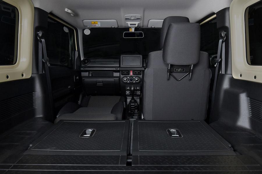 助手席をフラットにして、助手席のヘッドレストをヘッドレストホルダー運転席側用に収めた状態。