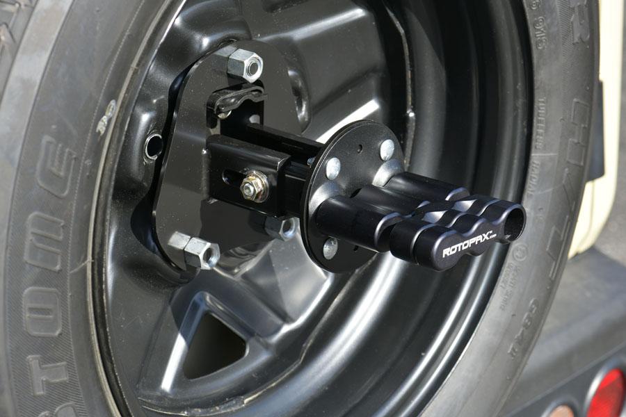 「ジムニー&ジムニーシエラ専用 取付ブラケットセット(品番:NPRX-A1B1)」を、ジムニーの背面タイヤ&ホイールに装着し「ROTOPAXロックスパックマウント」を固定した状態。