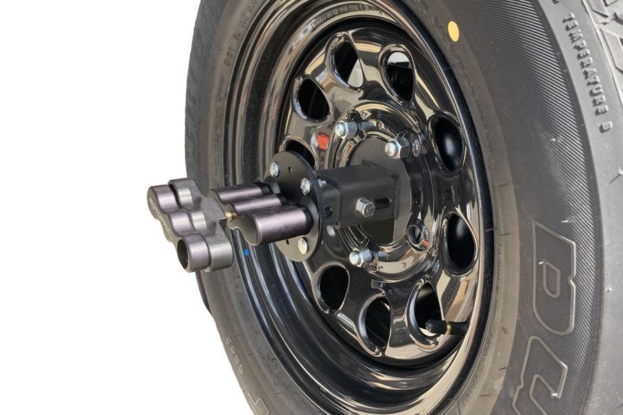 「ジムニー&ジムニーシエラ専用 取付ブラケットセット(品番:NPRX-A1B1)」を、ジムニーシエラの背面タイヤ&ホイールに装着し「ROTOPAXロックスパックマウント」を固定した状態。