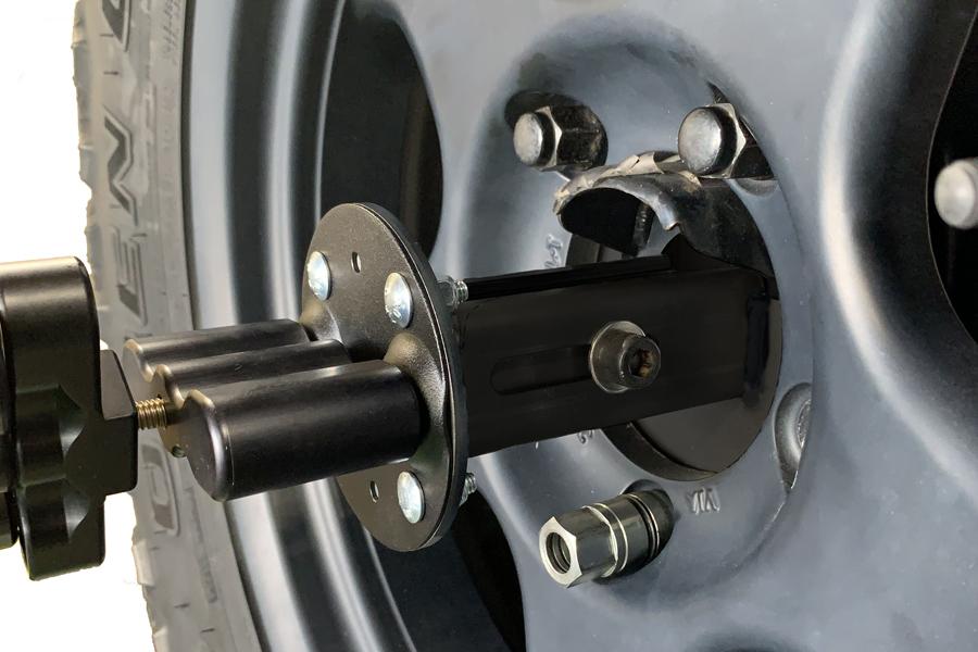 「取付ベース(品番:NPRX-B2)」と「スライドアタッチメント(NPRX-A2)」を、ランドクルーザー70の背面タイヤ&ホイールに装着し「ROTOPAXロックスパックマウント」を固定した状態。