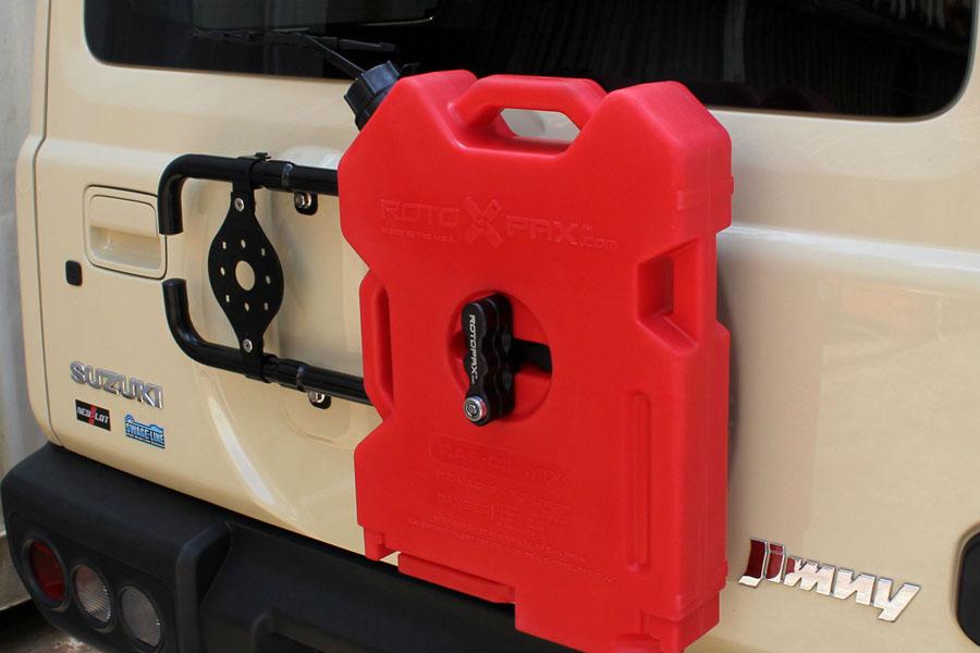 別売のRVマルチマウントブラケットとROTOPAXロックスパックマウント、レッドコンテナ/2ガロンの装着イメージ