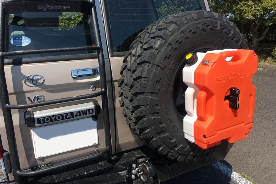 ROTOPAXオレンジストレージコンテナ/2ガロンとホワイトコンテナ/2ガロンを重ねて装着した状態。