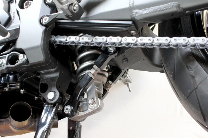 該当パーツのご確認箇所:車体下部、センタースタンド取付箇所にある、 リアサスペンションとスイングアームを繋ぐ部品です。